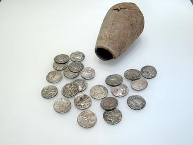 Hortfund mit seleukidischen Tetradrachmen. Foto: UK.