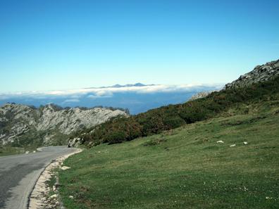 Über den Wolken: Die Passstraße zu den Picos de Europa. Foto: KW.