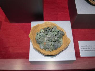 Kleiner Münzhort von Bronzen des 4. und 5. Jh. n. Chr. Foto: KW.