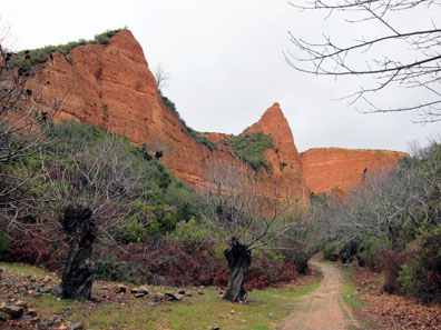 First look at the red rock spired ruins of Las Médulas. Photo: KW.