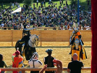 Die Ritter präsentieren sich vor dem Tjost den Damen. Foto: KW.