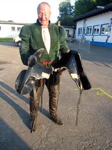 Turniermeister Wolfgang Krischke nach dem Turnier mit einem durchgebrochenen Sattel. Foto: KW.