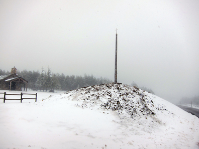 The iron cross at the top of the pass. Photo: KW.