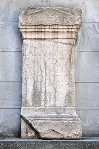 Replik des römischen Grabsteins an der Pfalzgasse in Zürich, gefunden am 15. Mai 1747 auf dem Lindenhof, mit der ältesten Erwähnung des lateinischen Stadtnamens Turicum in der Form des Adjektivs Turicen(sis). Das Original befindet sich im Schweizerischen Landesmuseum. CIL XIII, 5244. Quelle: Roland zh / Wikipedia.