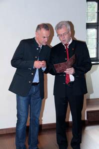 Andreas Ablinger von der Hall AG und Werner Nuding, Vizebürgermeister und Schöpfer des Nachbaus des Walzprägewerks. Foto: Münze Hall.