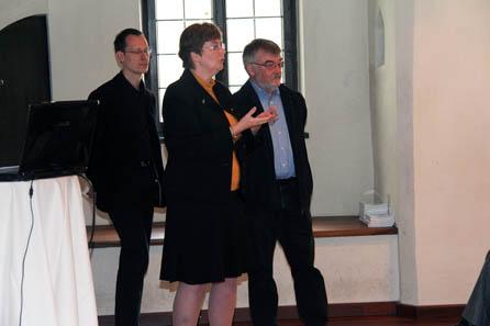 Ursula Kampmann und Kurt Wyprächtiger, die den ersten Vortrag hielten, im Hintergrund Björn Schöpe, der die Diskussion moderierte. Foto: Münze Hall.