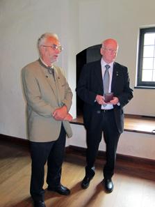 Dr. Günther Dembski, Präsident der Österreichischen Numismatischen Gesellschaft, übergibt die Eckhel-Medaille an Magister Heinz Tursky. Foto: UK.