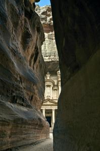 Petra: Der Ausgang des Siq mit Blick auf die Grabfassade