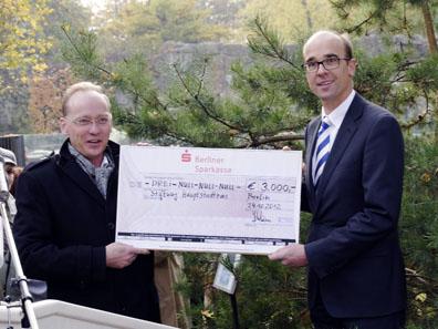 Symbolische Übergabe des Spendenschecks an den Vorsitzenden des Vereins Freunde der Hauptstadtzoos Thomas Ziolko durch den Geschäftsleiter der Staatlichen Münze Berlin Dr. Andreas Schikora.