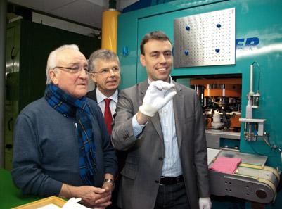 Dr. Nils Schmid (r.) und der Künstler Eugen Ruhl (l.) sind stolz auf die erste geprägte 2-Euro-Sondermünze
