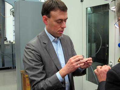 Dr. Nils Schmid prüft die Prägung. Foto: UK.