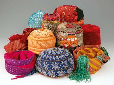 Verschiedene Kopfbedeckungen aus Palästina, Jordanien und Syrien, 20. Jahrhundert. Foto: HMB Peter Portner.
