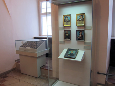 Coins and miniatures are exhibited closely side by side in order to permit a comparison. Photo: KW.
