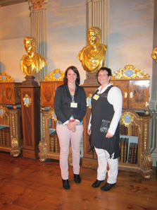 Saskia and Christina Höhn in the Gotha coin cabinet. Photo: KW.