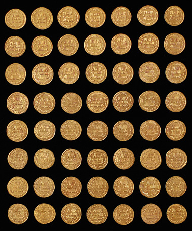 Collection of 56 Umayyad dinars from AH 77 to 132 (696-750). Of particular note is the extremely rare dinar of Abd al-Malik from the year AH 77. This is quite arguably the finest issue of this historical series, which is of great religious-historical significance. Estimate: 400,000 CHF. Hammer Price: 1,300,000 CHF.