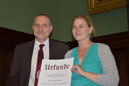 Dietrich O. A. Klose und die Preisträgerin Angela Berthold.