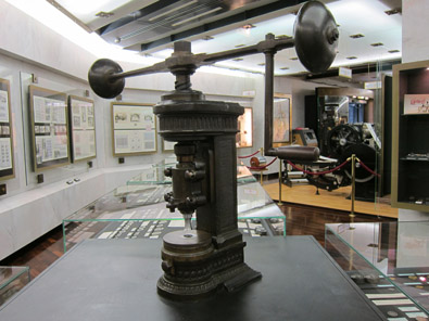 View inside the numismatic exhibition; in the front a balancier, not for minting but for punching out the planchet. Photo: KW.