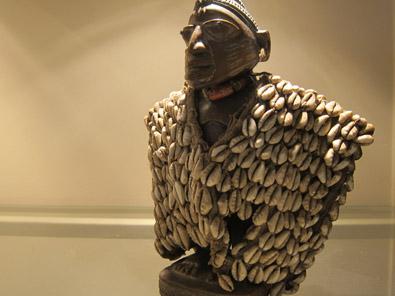 Idol decorated with kauri shells. Photo: KW.