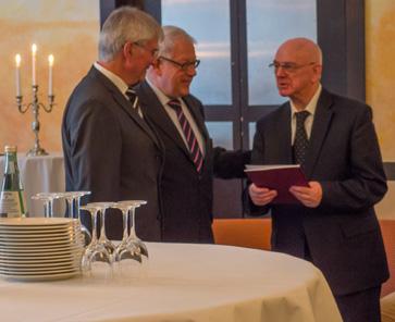 Dr. Ulrich Fach übergibt die Festschrift dem Geburtstagskind Heinz Thormann. Zwischen ihnen Fritz Rudolf Künker