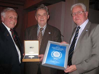 Die Zeremonie der Preisübergabe (von r. nach l.): Henning Goehrum (Präsident der World Money Fair), Prof. Walther Tröger (Ehrenmitglied IOC) und Albert M. Beck (Ehrenpräsident der World Money Fair)