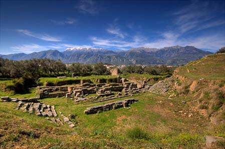 Ruins of the ancient theater of Sparta, in the background, the Taygetos Mountains. Photo: Nickthegreek82 / Wikipedia.
