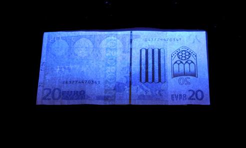 Das UV-Licht zeigt: Dieser 20-Euro-Schein ist gefälscht. Foto: OeNB.