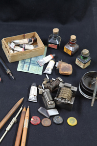 Werkzeuge und Farben aus der Fälscherwerkstatt Wels, BKA. © OeNB.