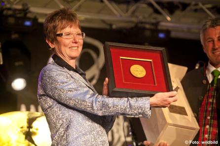 Annemarie Moser-Pröll erhielt ihre neue Medaille. © wildbild.