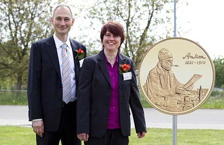 Der Berner Regierungsrat Bernhard Pulver und Marianne Balmer, Marketing Swissmint, präsentieren die neue Gedenkmünze mit Albert Ankers Meisterwerk