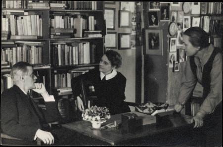 James Joyce im Gespräch mit Sylvia Beach, die Ulysses als erste veröffentlichte, und Adrienne Monnier im Shakespeare & Co. in Paris, 1920. Quelle: Beinecke Rare Book & Manuscript Library, Yale University / Wikipedia.