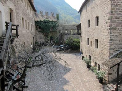 Interior courtyard of Runkelstein Castle. Photo: KW.