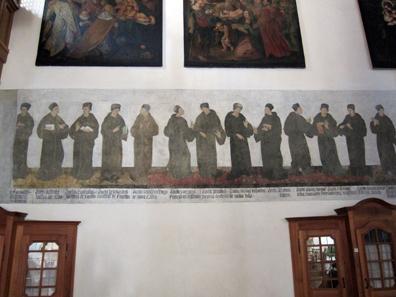 Bozener Franziskanerkirche: Porträtgalerie berühmter Kirchenlehrer. Foto: KW.