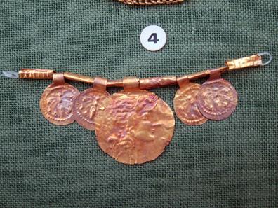 Halskette mit münzförmigen Anhängern. Foto: KW.
