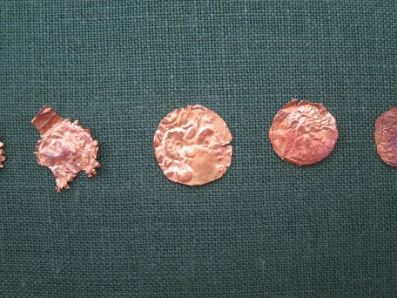 Hellenistische Goldfolien in Münzform. Foto: KW.