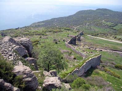The impressive city walls of Assos. Photo: KW.