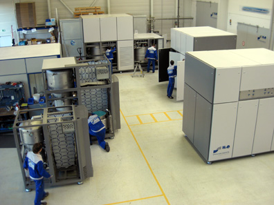 A view of the production hall at H2O where Vacudest machines in various sizes and production phases stand side by side.