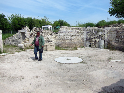 Mr. Tunçer tells us about the Roman bath. Photo: KW.