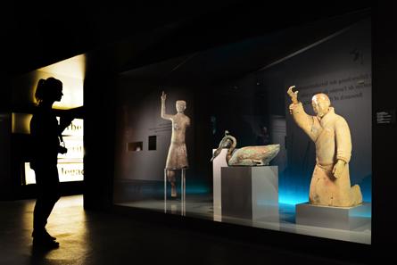 Blick auf den Akrobaten und den knienden Musiker aus Terrakotta sowie den bronzenen Schwan in der Ausstellung. © Bernisches Historisches Museum, Bern. Foto Nadja Frey.