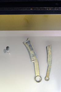 Rechts zwei Messermünzen. Links aus dem Königreich Qi, rechts aus dem Reich Yan. Die Ameisennasenmünze stammt aus dem Königreich Chu. Alle Münzen entstammen dem 4./3. Jh. v. Chr. © Bernisches Historisches Museum, Bern.