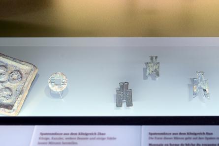 Die Münzen waren alle im 4./3. Jh. v. Chr. in Gebrauch in den Reichen Wei, Zhao, Han (von li. nach re.). © Bernisches Historisches Museum, Bern.