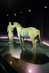 Blick auf den Kavalleristen und das gesattelte Pferd in der Ausstellung. © Bernisches Historisches Museum, Bern. Foto Christine Moor.