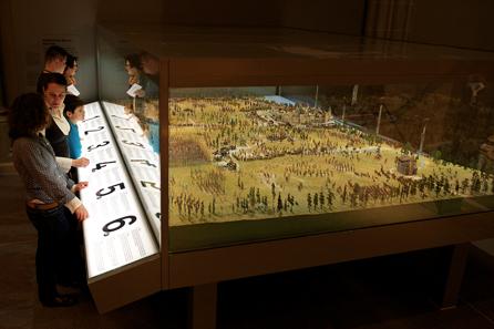 Auf Knopfdruck lässt sich beispielsweise die Belagerung der Stadt Murten, der Vormarsch der eidgenössischen Hauptmacht oder die verspätete Mobilisierung im burgundischen Lager beleuchten. © Schweizerisches Nationalmuseum.