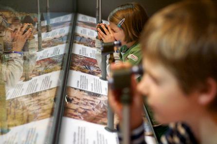 Neben der militärhistorischen Orientierung über den Ablauf der Schlacht wird das Entdecken mit den kleinen Fernrohren unterstützt. © Schweizerisches Nationalmuseum.