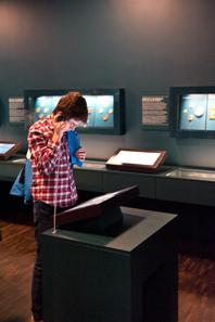Alle Münzen und Medaillen werden über Touchscreens erschlossen, die von jedermann intuitiv bedient werden können. In der Medienstation können weitere Angebote abgerufen werden.