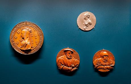 Eine Vitrine ist Frauen auf Münzen und Medaillen gewidmet und thematisiert die besonderen Bedingungen und Motive, wenn Frauen portraitiert werden (Ausschnitt).