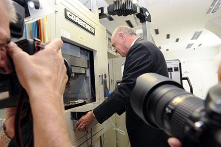 Landeshauptmann Dr. Erwin Pröll beim Prägen der Münze. © Münze Österreich AG.