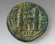 Thrakien, Anchialus, Gordian III. und Tranquillina (241-244) 4 Assaria, 12,26 g, Dm. 27,1 mm (SNG Kopenhagen 450). In einem Frauengrab in Bonn fand man mehrere Städteprägungen aus dem Osten, darunter diese Großbronze, die schon recht abgenutzt war, bevor sie an den Rhein und um die Mitte des 3. Jh. in das Grab gelangte. © LVR-Archäologischer Park Xanten.